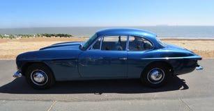 Jensen Motor Car bleu classique garé sur la promenade de bord de mer photo libre de droits