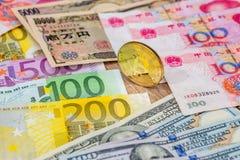 Jenu Juan, euro i dolara banknoty z bitcoin, Zdjęcie Royalty Free