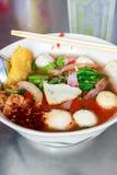 Jenu ta cztery kluski stylowy tajlandzki z wodą pitną na stole Fotografia Stock