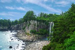 Jeongbang-Wasserfall auf Jeju-Insel, Südkorea stockbilder