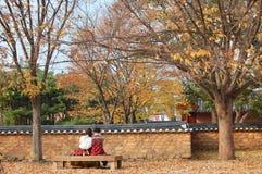 Jeonju Hanok wioska, korea południowa - 09 11 2018: Śliczna para w h obrazy stock
