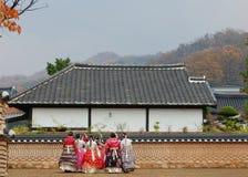 Jeonju Hanok wioska, korea południowa - 09 11 2018: Kobiety gromadzenie się wewnątrz obrazy stock