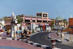 JEQUE DEL EL DE SHARM, EGIPTO - 29 DE AGOSTO DE 2015: La pequeña alameda de compras brilla en colores vivos Foto de archivo libre de regalías
