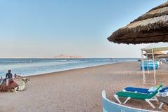 JEQUE DEL EL DE SHARM, EGIPTO - 25 DE AGOSTO DE 2015: La playa está vacía en la última hora de la tarde Imagen de archivo libre de regalías