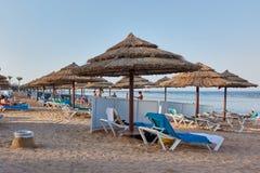 JEQUE DEL EL DE SHARM, EGIPTO - 25 DE AGOSTO DE 2015: Los turistas gozan del sol, de la playa, y del mar azul Imagen de archivo