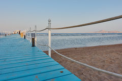 JEQUE DEL EL DE SHARM, EGIPTO - 25 DE AGOSTO DE 2015: Paseo de los turistas a lo largo del par del hotel Fotografía de archivo