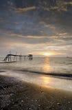 Jeram海滩,长的曝光的马来西亚美好的日落风景与剧烈的黑暗的云彩处于低潮中 免版税库存照片