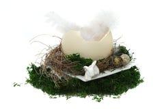 Jerarquía de Pascua con los huevos, el conejo y los moos en el fondo blanco Imagenes de archivo