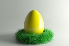 Jerarquía de Pascua con los huevos grandes del yellowl Fotos de archivo libres de regalías