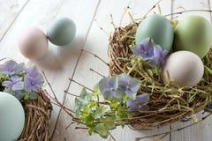 Jerarquía de Pascua con los huevos y los flores Foto de archivo libre de regalías