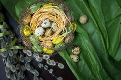 Jerarquía de Pascua, decoración del día de fiesta, flores, cordones y cintas, gatito Fotos de archivo libres de regalías