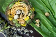 Jerarquía de Pascua, decoración del día de fiesta, flores, cordones y cintas, gatito Foto de archivo