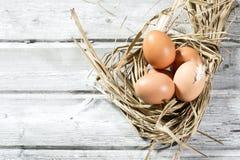 Jerarquía de Pascua, huevos en paja Foto de archivo libre de regalías