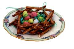 Jerarquía del pájaro del pretzel con los huevos de Pascua Imagen de archivo