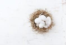 Jerarquía rústica de Pascua con los huevos blancos y las plumas Imagen de archivo libre de regalías
