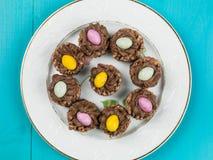 Jerarquías curruscantes del cereal del chocolate de Pascua con Mini Easter Eggs Fotografía de archivo libre de regalías