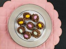 Jerarquías curruscantes del cereal del chocolate de Pascua con Mini Easter Eggs Imagenes de archivo