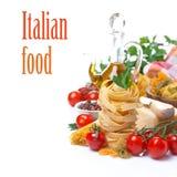 Jerarquía italiana de las pastas, tomates de cereza, especias, aceite de oliva, queso Fotos de archivo libres de regalías