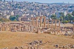 Jerash moderno y antiguo, Jordania Foto de archivo libre de regalías