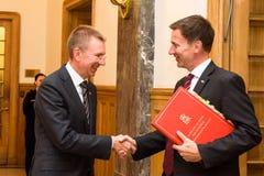 Jeremy Hunt, ministro de asuntos exteriores de Reino Unido llega a la visita de estado oficial con Edgars Rinkevics, ministro de  foto de archivo
