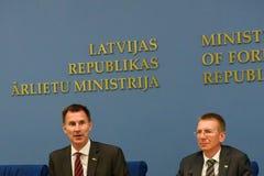 Jeremy polowanie, minister Cudzoziemskie sprawy Latvia - sprawy Zjednoczone Królestwo Rinkevics i Edgars, minister Cudzoziemski - zdjęcie stock