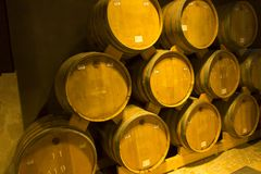 JEREVAN, ΑΡΜΕΝΙΑ, ΣΤΙΣ 21 ΣΕΠΤΕΜΒΡΊΟΥ 2017: Ξύλινα βαρέλια του ηλικίας κρασιού Στοκ Εικόνες