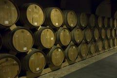 JEREVAN, ΑΡΜΕΝΙΑ, ΣΤΙΣ 21 ΣΕΠΤΕΜΒΡΊΟΥ 2017: Ξύλινα βαρέλια του ηλικίας κρασιού Στοκ Εικόνα