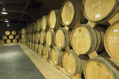 JEREVAN, ΑΡΜΕΝΙΑ, ΣΤΙΣ 21 ΣΕΠΤΕΜΒΡΊΟΥ 2017: Ξύλινα βαρέλια του ηλικίας κρασιού Στοκ Φωτογραφία