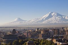 Jerevan, πρωτεύουσα της Αρμενίας στην ανατολή με τις δύο αιχμές του υποστηρίγματος Ararat στο υπόβαθρο Στοκ φωτογραφία με δικαίωμα ελεύθερης χρήσης