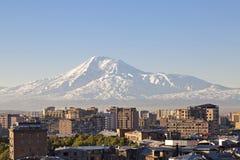 Jerevan, πρωτεύουσα της Αρμενίας στην ανατολή με το υποστήριγμα Ararat στο υπόβαθρο στοκ εικόνες