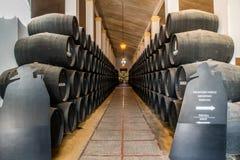 JEREZ DE LA FRONTERA ANDALUSIA, HISZPANIA, PAŹDZIERNIK,/- 11 2017: CZARNEGO dębu wina beczki W BODEGA Obrazy Royalty Free