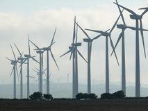 Jerez de la Frontera, Spagna 01/04/2007 Parco eolico con l'alto bl fotografia stock libera da diritti