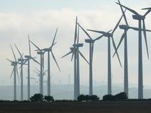 Jerez de la Frontera, Spanien 01/04/2007 Windpark mit hoher Querstation lizenzfreies stockfoto