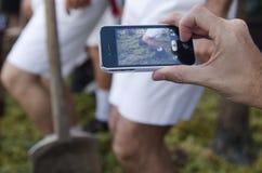 Jerez, Spanje - September 10, 2013: Gebruiken mobiel voor nieuwsfoto Royalty-vrije Stock Foto's