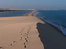 Jericoacoara-Strand gesehen von der Dünenspitze Stockfotografie