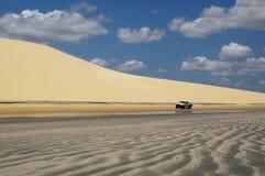 Jericoacoara, voiture sur la plage pendant la marée basse images stock