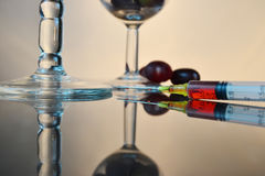 Muestra de la jeringuilla y del jugo de uvas Foto de archivo