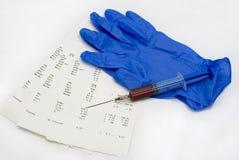 Jeringuilla con los análisis de sangre imagen de archivo libre de regalías