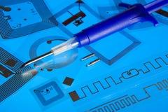 Jeringuilla de la implantación del RFID y etiquetas del RFID Foto de archivo