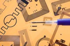 Jeringuilla de la implantación del RFID y etiquetas del RFID Fotografía de archivo libre de regalías