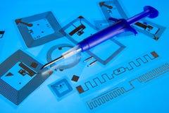 Jeringuilla de la implantación del RFID y etiquetas del RFID Foto de archivo libre de regalías