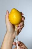 Jeringuilla de la vitamina fotografía de archivo libre de regalías