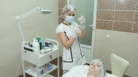 Jeringuilla del cargamento del médico o de la enfermera para la inyección almacen de metraje de vídeo