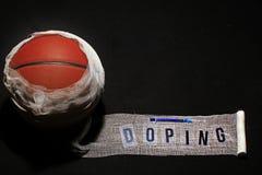 Jeringuilla del vendaje del baloncesto que dopa el fondo oscuro del texto nadie imagen de archivo libre de regalías