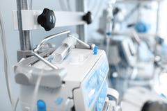 Jeringuilla en el equipamiento médico en ICU foto de archivo libre de regalías
