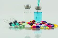 Jeringuilla médica y medicina aisladas en el fondo blanco Foto de archivo