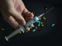 Jeringuilla y aguja médicas para la inyección con el fondo negro fotografía de archivo