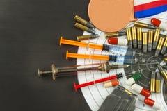 Jeringuilla y medallas Doping en deporte del tiroteo Abuso de los esteroides anabólicos para los deportes Engaño en biathlon fotos de archivo libres de regalías