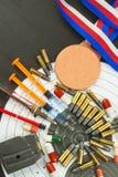 Jeringuilla y medallas Doping en deporte del tiroteo Abuso de los esteroides anabólicos para los deportes Engaño en biathlon imagen de archivo
