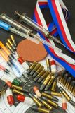 Jeringuilla y medallas Doping en deporte del tiroteo Abuso de los esteroides anabólicos para los deportes Engaño en biathlon imagenes de archivo